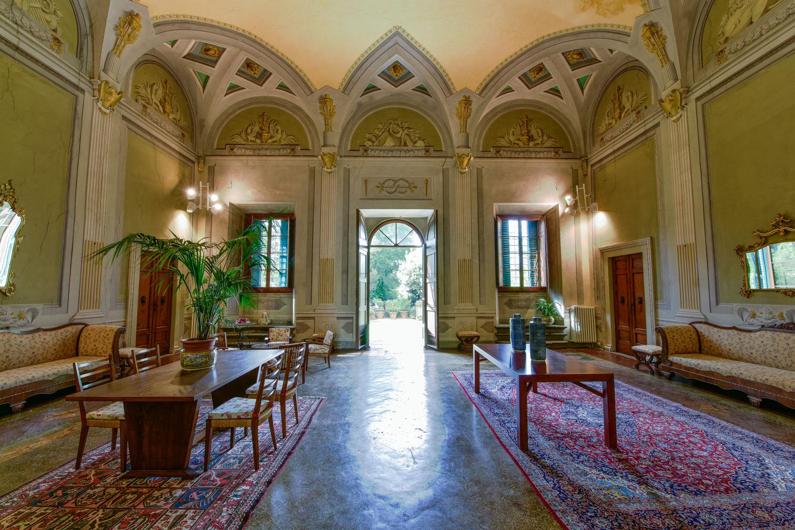 Gli spazi interni ed esterni torre dei lari residenza d for Interni ville
